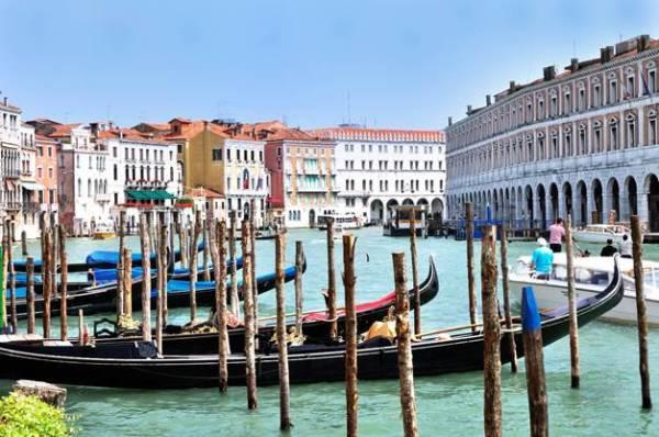 Gondolas at Hotel Ca' Sagredo - Grand Canal - Rialto - Venice Italy Venezia - Creative Commons by gnuckx