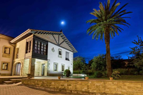 Apartamentos-Rurales-La-Casona-de-La-Roza---Asturias---exterior-noche